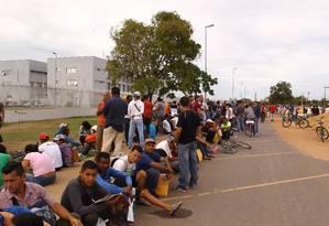 Imigrantes venezuelanos fazem fila em sede da Polícia Federal em Roraima Foto: Jorge William / Agência O Globo