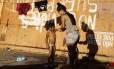 Imigrante dá banho em menina no Ginásio Tancredo Neves