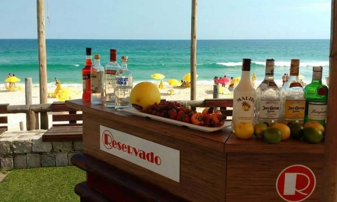 No Reservado Ilha 7, o DJ Victor Hugo Rangel anima a festa Sunsetbeatparty, que tem também show de pop, rock e MPB com Juba Lima. Sábado, tem performance da banda Tektônicos. Praia da Reserva, Barra — 99666-0404. Foto: Divulgação