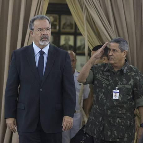 O Ministro da Defesa Raul Julgmann e o general Walter Souza Braga Netto Foto: Márcia Foletto / Agência O Globo