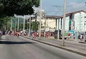 Manifestantes interditam Avenida Santa Cruz contra a falta de luz Foto: Realidade do RJ