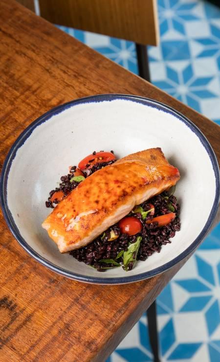 Na boutique de peixes Porto Frescato, o cliente pode escolher uma salada do chef, mais peixe grelhado, além de dois acompanhamentos. Entre as opções, legumes cozidos, arroz negro, purê de baroa, farofa Panko e quinoa ou salada do chef com tiras de salmão defumado (R$ 38). Av. Olegário Maciel 366, Barra (2486-4722). Seg a sex, do meio-dia às 16h. Foto: Tomas Rangel / Divulgação