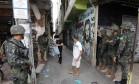Soldados do Exército fazem operação na Maré Foto: Agência O Globo