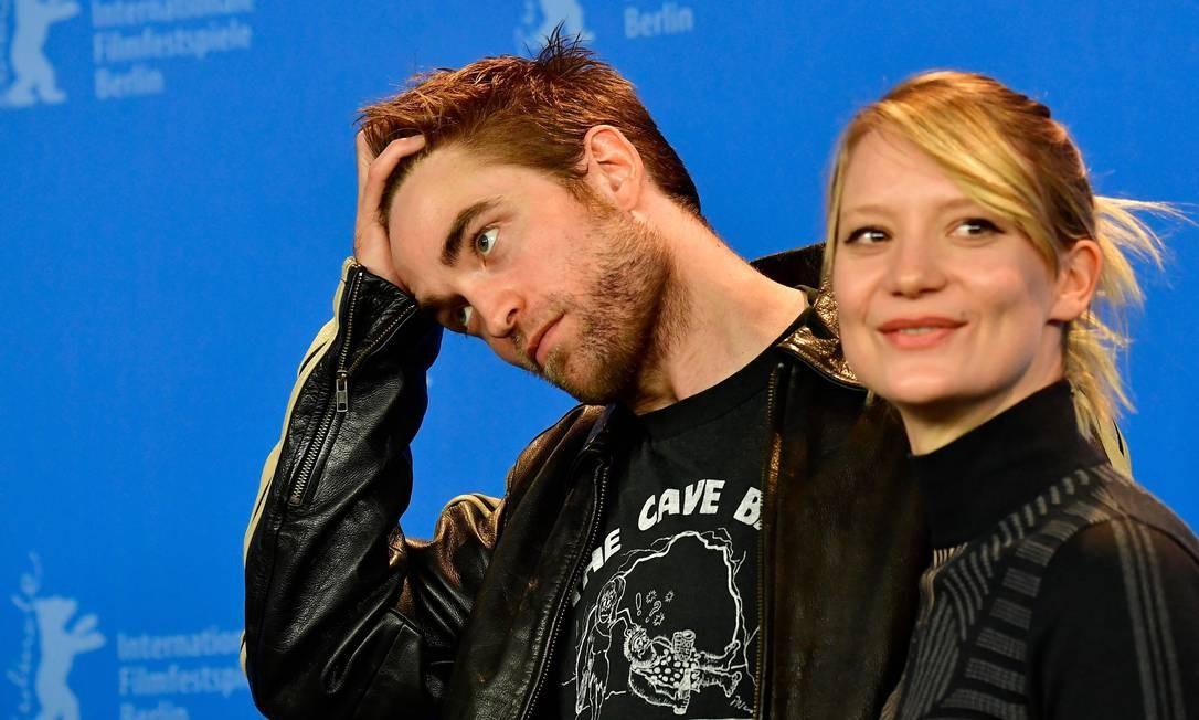 Robert Pattinson e Mia Wasikowska no lançamento de 'Damsel' no Festival de Berlim Foto: TOBIAS SCHWARZ / AFP