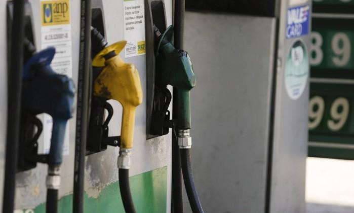 Após forte redução, Petrobras vai subir preço da gasolina