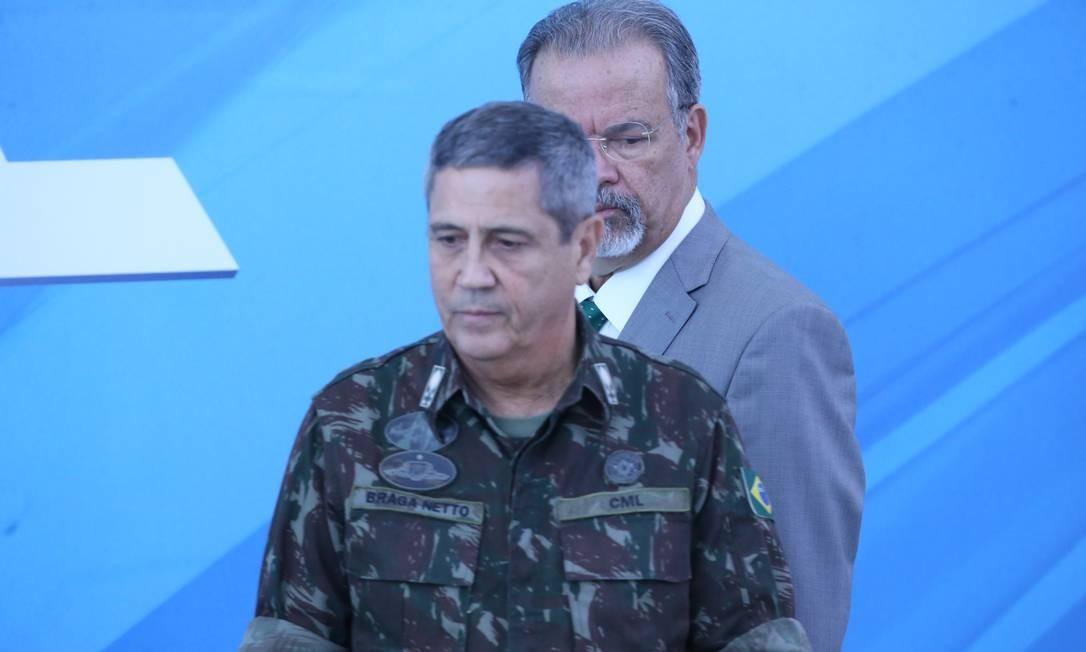 O general Braga Netto será o interventor na segurança do Rio. Ao fundo, o ministro da Defesa, Raul Jungmann Foto: Ailton Freitas / Agência O Globo
