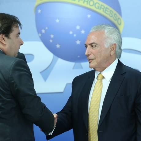 O presidente da Câmara, Rodrigo Maia, o presidente Temer e o governador Pezão Foto: Ailton Freitas / Agência O Globo