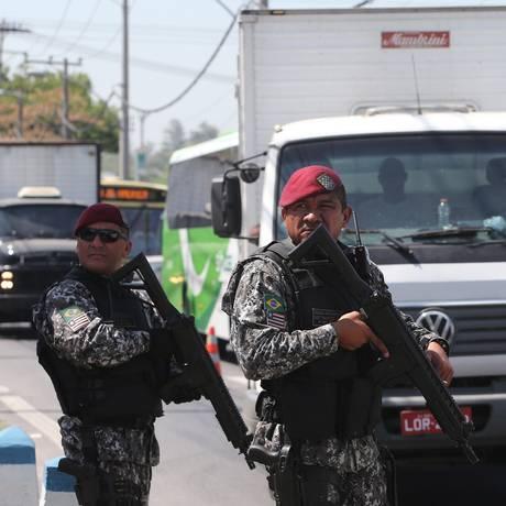 Soldados da Força Nacional nas ruas contra a violência no Rio Foto: Júlio César Guimarães / Agência O Globo
