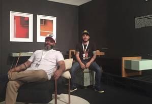 Paulo Moreira (à esquerda) e Rodolpho Maciel: os móveis da dupla são feitos com canos, cordas e outros materiais reciclados Foto: Divulgação/Mobipallet