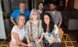 Rita Lee, ao centro, cercada pelos produtores do filme e da série baseada em sua autobiografia Foto: Divulgação