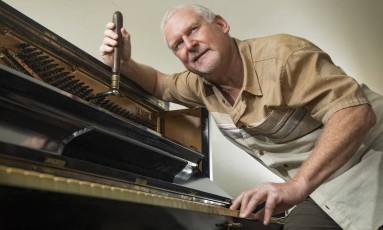 """""""Durante os anos 70, praticamente não existiam bons afinadores de piano no Rio de Janeiro"""", diz o pianista e afinador Steve Riffkin. Foto: Ana Branco / Agência O Globo"""