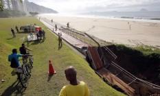 Trecho da ciclovia Tim Maia desabou na altura do Joá, na Zona Sul do Rio de Janeiro, devido às fortes chuva que caíram na cidade durante a madrugada de quinta-feira Foto: Marcos de Paula / Agência O Globo