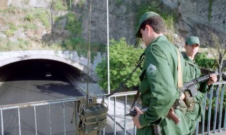 Na rua. Soldados fazem a segurança do acesso ao túnel, em Botafogo, durante a Conferência da ONU sobre Desenvolvimento e Meio Ambiente, a Rio-92 Foto: Marco Antonio Teixeira 22/05/1992 / Agência O Globo