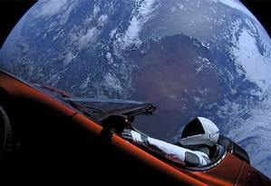 Automóvel da Tesla, empresa de Elon Musk, lançado ao espaço por foguete da SpaceX: bilionário sul-africano quis se mostrar à frente dos rivais na disputa espacial Foto: SPACEX/REUTERS/9-2-2018