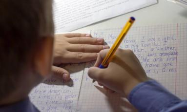 Base curricular determina inglês como língua estrangeira a ser ensinada, mas professores não são proficientes Foto: shutterstock.com/kwarkot