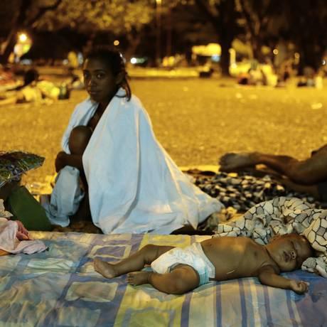 O drama dos imigrantes venezuelanos na praça Simón Bolívar. Família busca tratamento com o governo brasileiro para bebê de dois meses, que é cego Foto: Jorge William / Agência O Globo