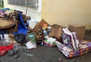 Sujeira. Montanha de lixo fica acumulada ao lado de escola em Jacarepaguá Foto: reprodução