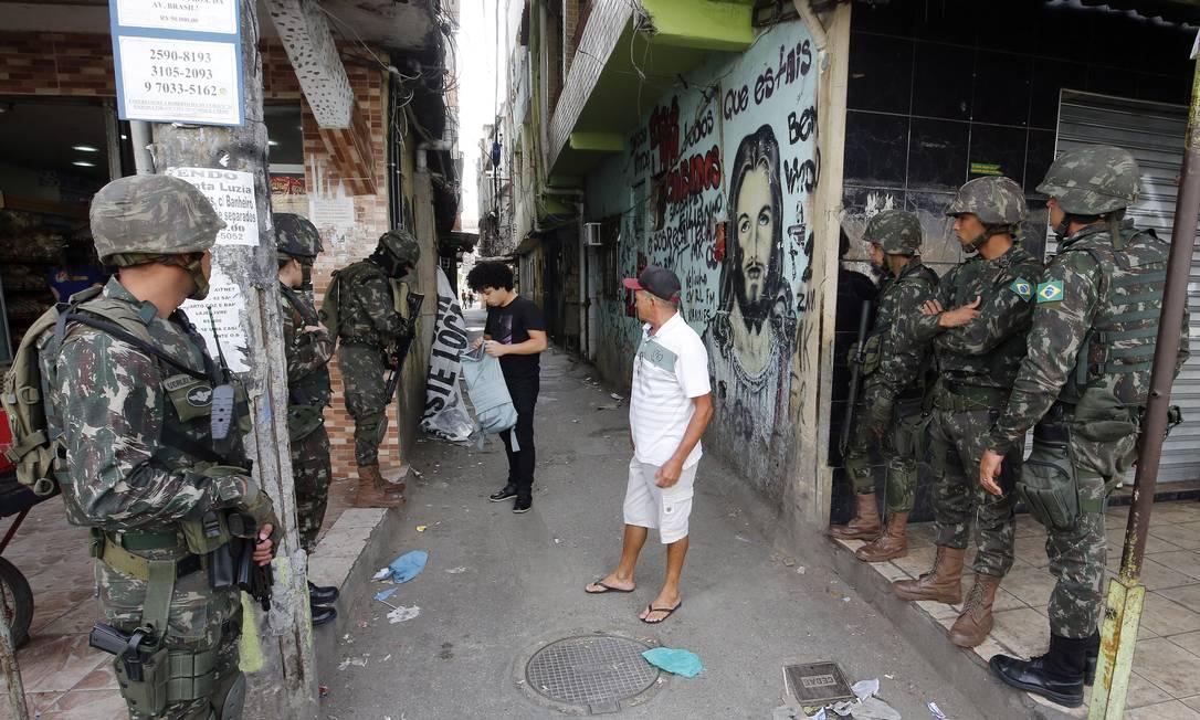 Soldados do Exército durante operação na Maré, na Zona Norte do Rio Foto: Marcos de Paula / Agência O Globo