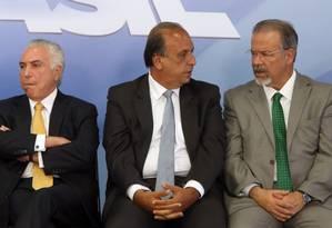 Temer, Pezão e Jungmann durante assinatura de decreto de intervenção federal no Rio Foto: Givaldo Barbosa - 16/02/2018 / Agência O Globo