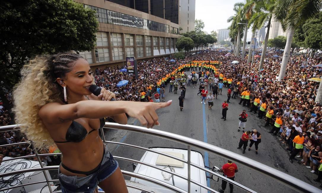 Desfile do Bloco das Poderosas, de Anitta, pela Rua Primeiro de Março, no Centro do Rio Foto: MARCOS DE PAULA / Agência O Globo