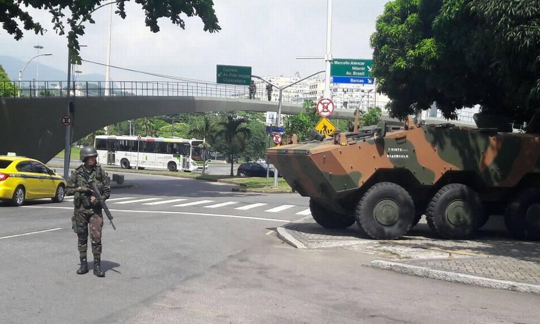 Soldado do Exército no Aterro do Flamengo devido à presença de Michel Temer no Rio Foto: Domingos Peixoto / Agência O Globo