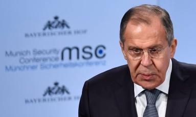 Ministro das Relações Exteriores da Rússia, Sergei Lavrov, durante discurso na Conferência sobre Segurança rem Munique Foto: THOMAS KIENZLE / AFP