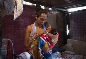 Jessica Monteiro com o filho recém-nascido em sua casa em São Paulo Foto: Edilson Dantas / Agência O Globo