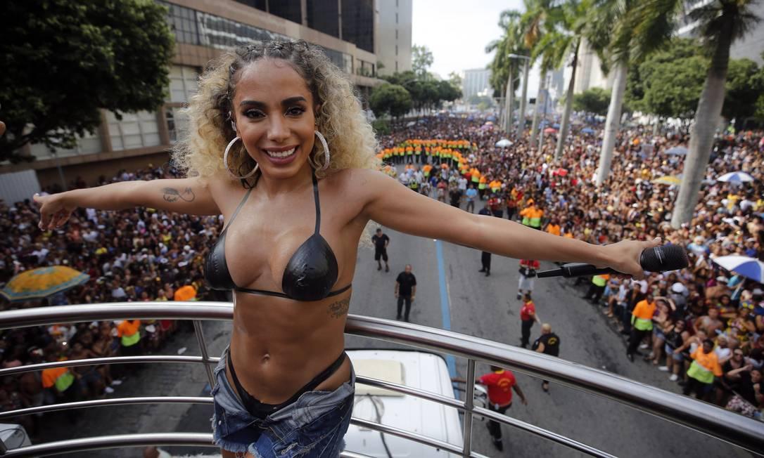 Anitta sobre o trio elétrico no seu bloco, no Centro do Rio Foto: Marcos de Paula / Agência O Globo