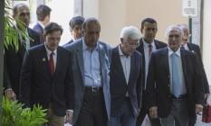 Crivella com a comitiva de Temer na chegada ao Palácio Guanabara Foto: Alexandre Cassiano / Agência O Globo