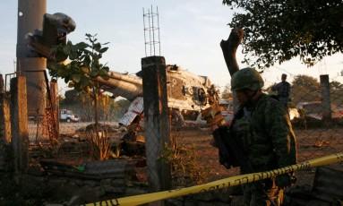 Soldados isolam área em que helicóptero militar carregando autoridades, como o ministro do Interior e o governador de Oaxaca, caiu, no México Foto: STRINGER / REUTERS