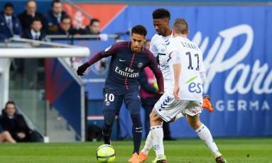Neymar passa pelo meia Dimitri Lienard, do Strasbourg, na goleada de 5 a 2 imposta pelo PSG Foto: CHRISTOPHE ARCHAMBAULT / AFP