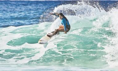 """Menina-prodígio. Tainá Hinckel, de apenas 14 anos, é considerada a maior revelação do surfe feminino e esperança para os Jogos de Tóquio: """"Precisamos de uma visão mais profissional para poder alcançar o nosso objetivo', diz ela Foto: Sergey Shakuto/Divulgação / Terceiro"""