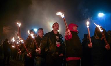 Membros de organizações nacionalistas marcham em homenagem ao general Hristo Lukov, no centro de Sófia Foto: NIKOLAY DOYCHINOV / AFP