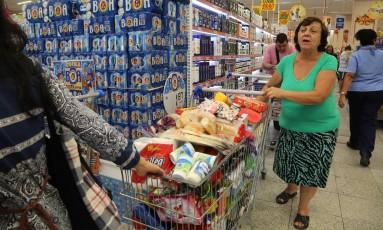 A aposentada Sueli Pereira faz compras em supermercado no Centro do Rio: ainda que a inflação tenha caído pela metade em 2017, muito produtos ainda estão mais caros que no final de 2014 como o arroz, feijão, leite, banana e açúcar Foto: Custódio Coimbra