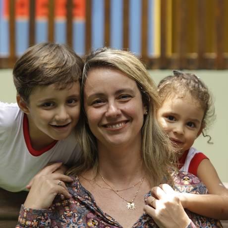 """Simone Soares com Henrique e Helena: corte de gastos para """"preservar educação, saúde e lazer das crianças Foto: Gabriel de Paiva / Gabriel de Paiva"""