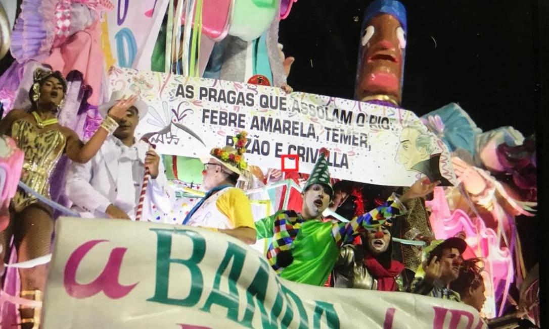 Faixa de protesto no desfile da Mangueira Foto: Bárbara Lopes / O Globo