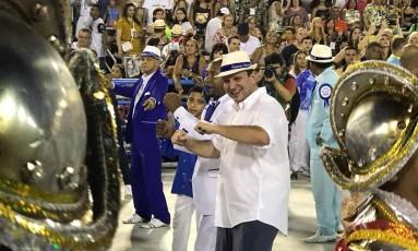 Prefeito Eduardo Paes desfila pela Portela no sábado das campeãs Foto: Ricardo Rigel / O Globo