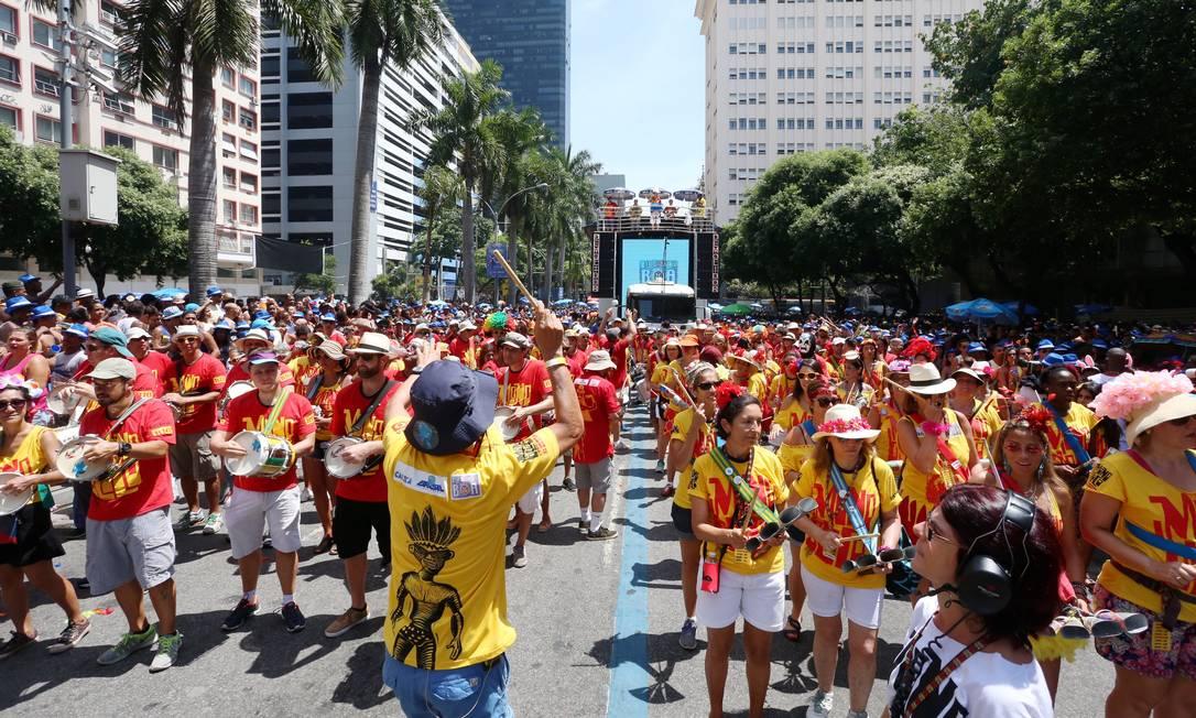 Monobloco deixa de desfilar na Rua Primeira de Março e segue para o Aterro Foto: Fabiano Rocha / Agência O Globo
