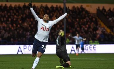 Lucas Moura sai para comemorar o seu primeiro gol com a camisa do Tottenham Foto: OLI SCARFF / AFP