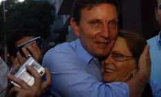 Crivella e a mãe, Éris Bezerra Crivella, na época da campanha para a eleição Foto: Luiz Morier / Agência O Globo