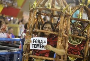Integrante da Paraíso do Tuiuti fez um protesto contra o presidente Foto: Bárbara Lopes