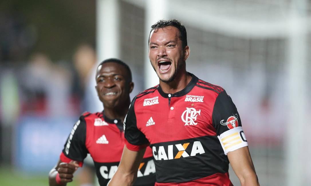 Réver e Vinicíus Júnior comemoram o primeiro gol do Flamengo Marcio Alves