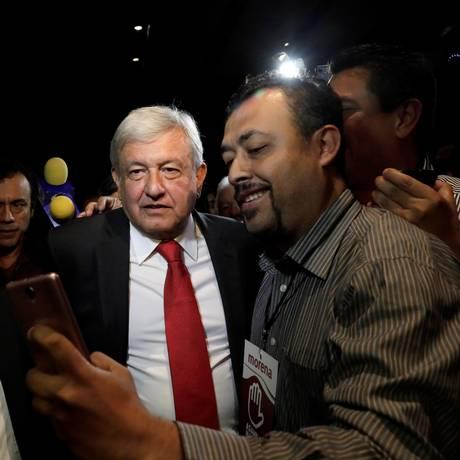 Andrés Manuel López Obrador faz selfie com apoiadores após ser confirmado como candidato Foto: HENRY ROMERO / REUTERS