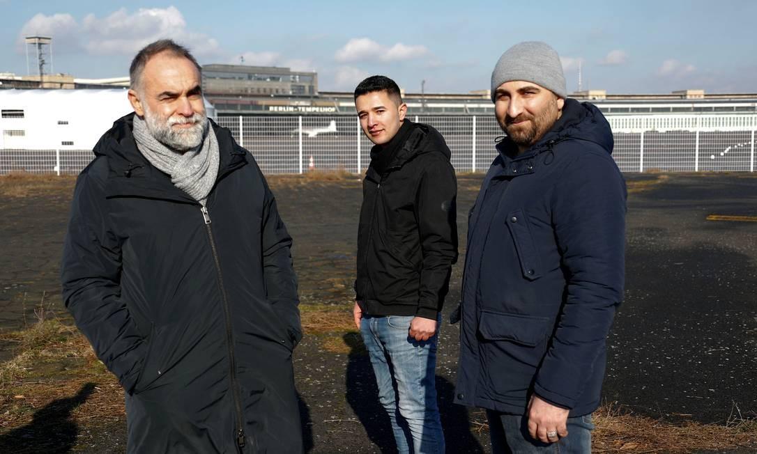 O cineasta brasileiro (à esquerda), com os refugiados Ibrahim Al Hussein, da Síria, e Qutaiba Nafea, do Iraque Foto: FABRIZIO BENSCH / REUTERS
