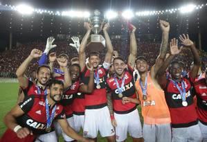 O capitão Réver ergue a Taça Guanabara Foto: Marcio Alves / Agência O Globo