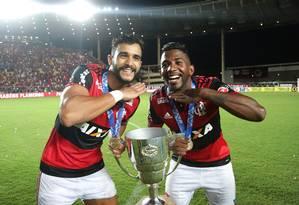 Henrique Dourado e Rodinei com a Taça Guanabara Foto: Marcio Alves / Agência O Globo