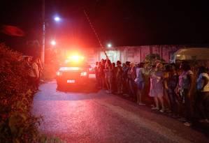Parentes de presos aguardam informações do lado de fora do presídio Foto: Brenno Carvalho / Agência O Globo