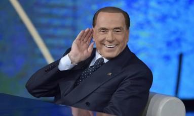 Desafiando a compreensão de muitos, Berlusconi atua em campanha com a promessa de estancar rapidamente os problemas que afligem a Itália Foto: Flavio Lo Scalzo / AP