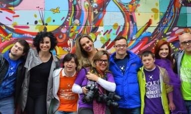 Sandra Reis, no meio, junto com alguns de seus alunos Foto: Divulgação