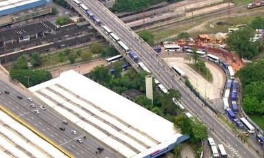 Motoristas de ônibus formam fila próximo a Terminal Intermunicipal em Santo André, no ABC Foto: Reprodução/TV Globo